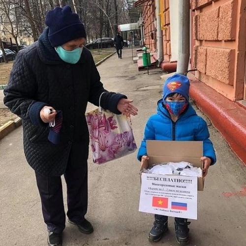 Женщина из Вьетнама помогает москвичам бороться с COVID-19. Но многие россияне не оценили такую поддержку