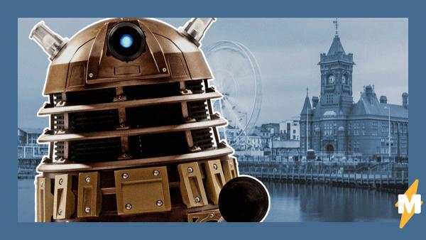 Улицы британского города патрулируют не полицейские, а робот из известного сериала. Жители сняли его на видео