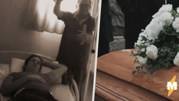 Работников похоронного бюро напугал шевелящийся пакет с трупом. Но внутри был не зомби, а живая голая женщина