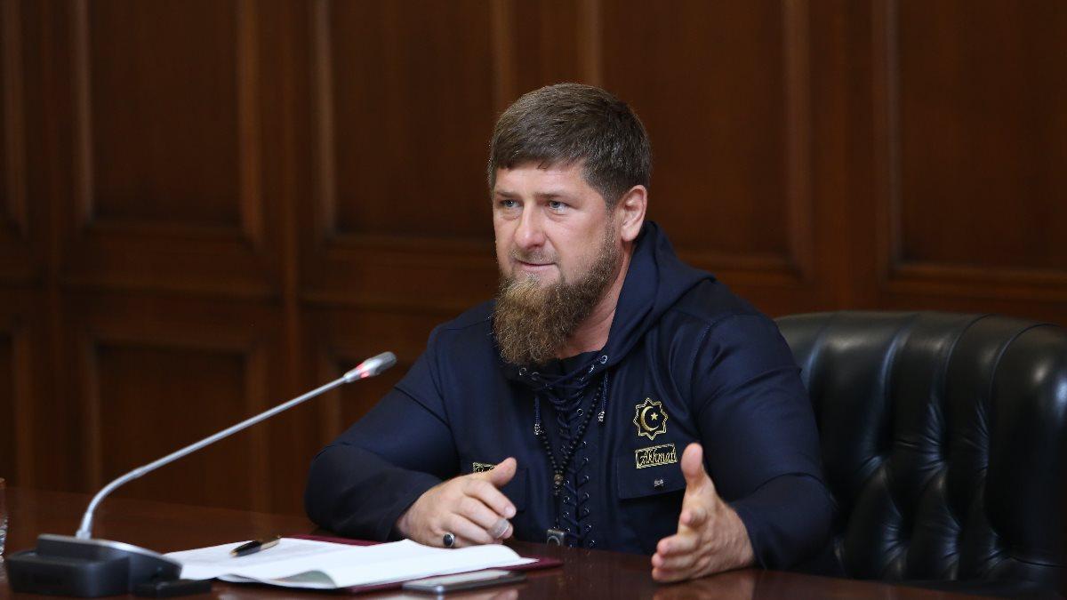 Что за пятно на лбу у Рамзана Кадырова? Судя по всему, глава Чечни решился на лечебное кровопускание