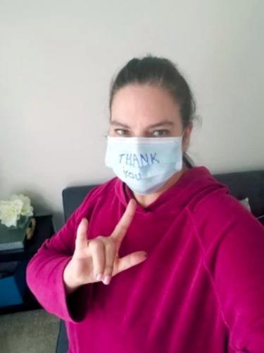 Женщина три недели сидела дома, но всё равно заболела COVID-19. Похоже, вирус проник к ней вместе с доставкой