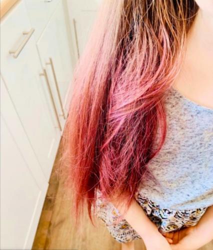 Мама покрасила волосы дочери без краски и стилиста. Ей понадобились лишь лист бумаги и немного кипятка