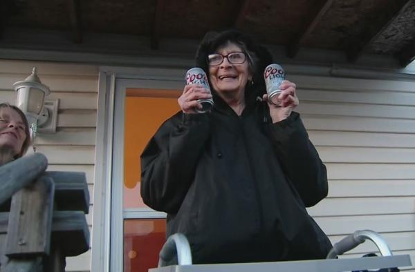 У бабули кончилось пиво, но теперь она может в нём купаться. Ведь производитель напитка прислал целый грузовик