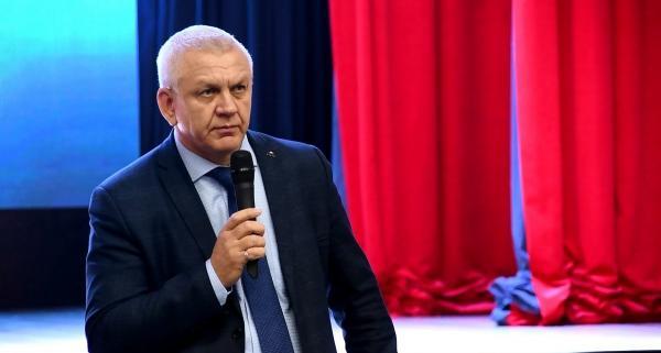 Мэр Южно-Курильска приставал к своей коллеге во время заседания. Вот только забыл, что его снимают на камеру
