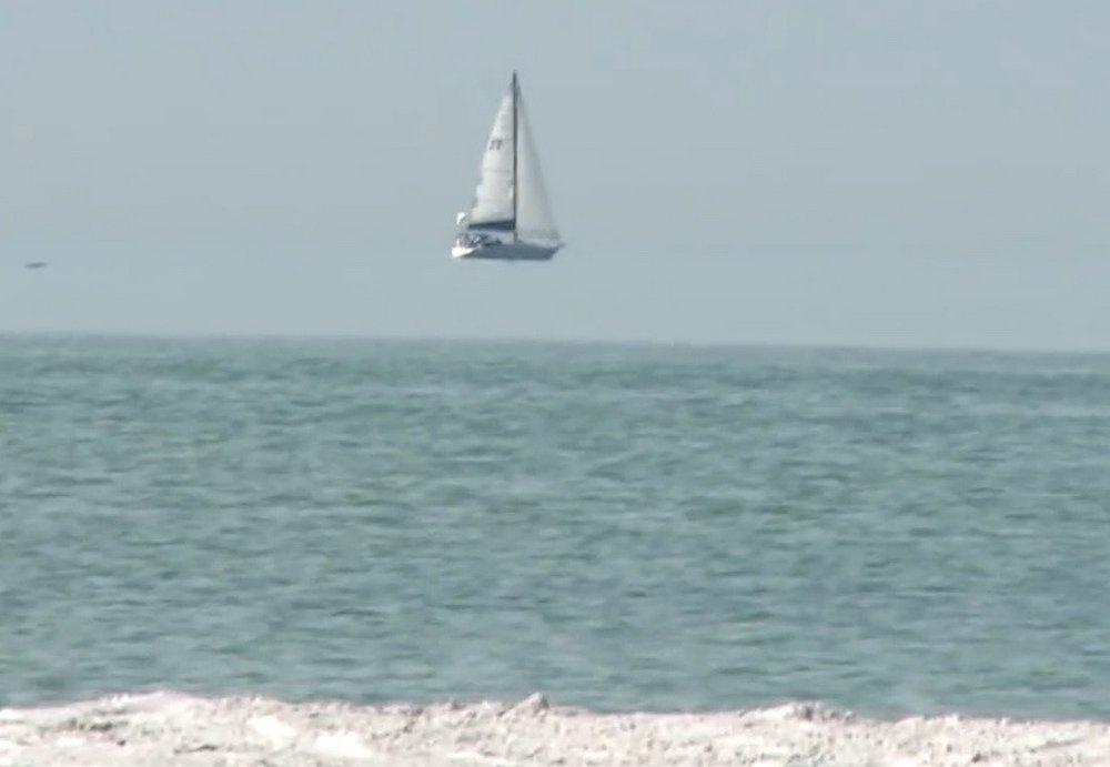 Люди заметили корабль, парящий над океаном.