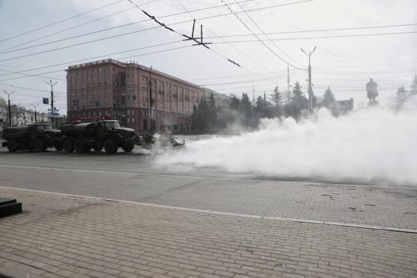 Челябинск дезинфицируют с помощью аэродромной спецтехники. И видео чистки - будто хроники апокалипсиса