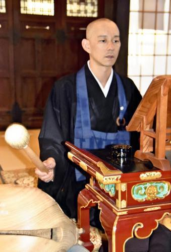 Кто сказал, что религиозные обращения всегда скучные. Монах в буддистском храме записал молитву в стиле регги