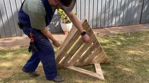 Мужчина сломал людям мозг, создав летающий стол. Но это не иллюзия, а простые доски, терпение и законы физики