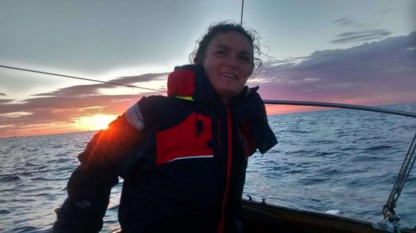 Бывшая журналистка три года живёт одна в море. У неё нет денег, зато скилл выживания прокачан на все 100
