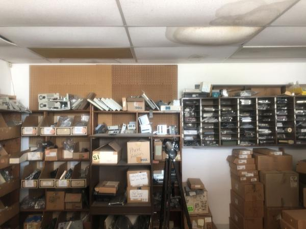 Реддитор несколько лет наблюдал за старым магазином. А когда заглянул в него, оказался в музее из 80-х