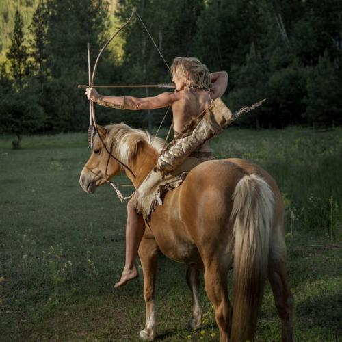 Женщина почти всю жизнь живёт, как люди 200 тысяч лет назад.