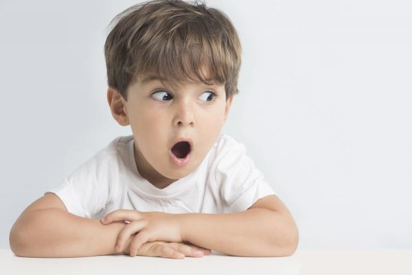 Папа решил развлечь своего сына на карантине и придумал игру. Видео с реакцией мальчика - лучшая её часть