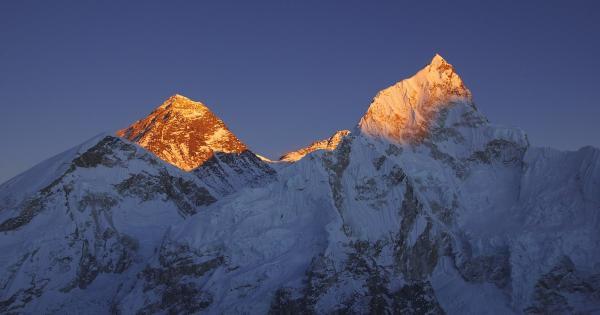 Мужчина поднялся на высоту Эвереста, но даже не выходил из дома. Для этого ему нужна была лестница и три дня