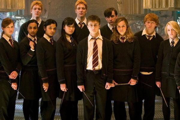 Cупруги показали, как за 100 лет изменилась форма студентов Хогвартса. И это волшебство оценила сама Роулинг