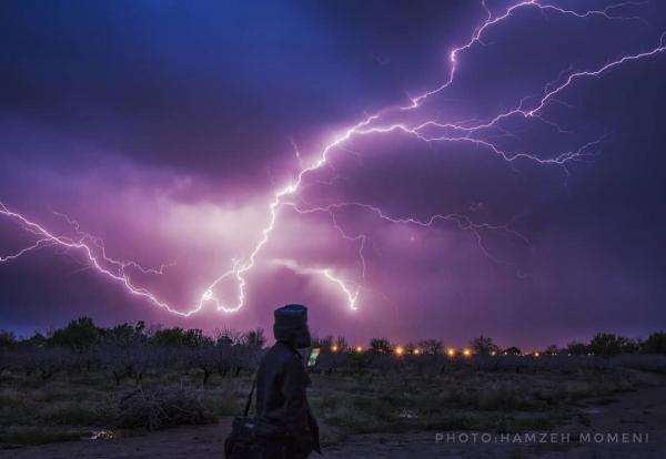 Мужчина пошутил, что в него ударит молния, и тут же рухнул на землю. Природа доказала: у неё шутки ещё смешнее