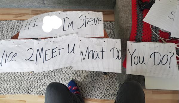 Мужчина нашёл способ знакомства с людьми с помощью бумаги и фломастера. И людям есть, чему у него поучиться