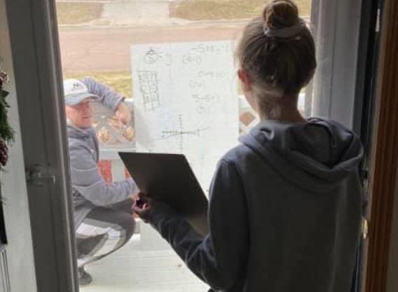 Если ты не идешь в школу, школа идёт к тебе. Учитель математики организовал урок прямо под окнами ученицы