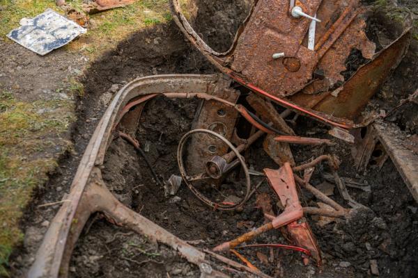 Мужчина работал в саду и нашёл машину из 50-х. Вопросов к ней много, и отгадка попахивает секретными службами