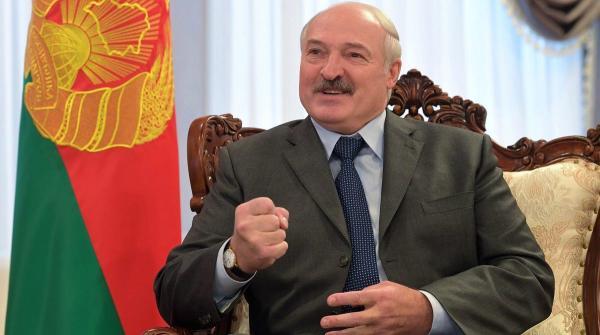 Лукашенко посадил сосны в Чернобыле, несмотря на пандемию. Судя по видео, дистанцию там никто не соблюдает