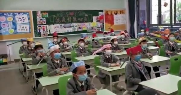 Китайские детишки вернулись в школы после карантина, но к такому будущему явно не были готовы.