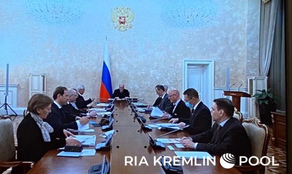 На совещании в кабмине только глава Минздрава сидел в маске. А Сергей Собянин пришёл в ней, но сразу снял