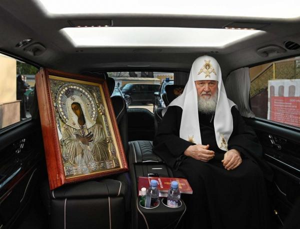 Патриарх Кирилл проехал по МКАДу с мигалками и иконой Богоматери. И нарушил новые правила самоизоляции