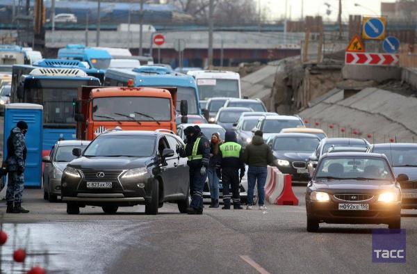 Пропускной режим заработал в Москве. В метро и на дорогах уже появились заторы, а водителей пугают штрафами