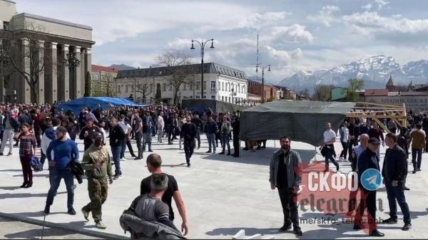 Во Владикавказе начались стихийные митинги. Коронавирус не разогнал людей по домам, а вывел на улицы