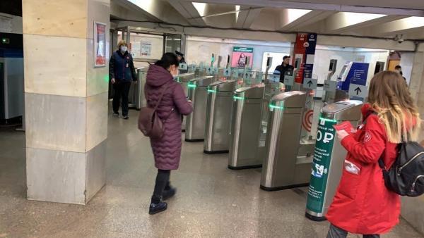 """На метро в Москве теперь можно ездить только по """"Тройке"""" с пропуском. Но люди спокойно проходят в подземку"""