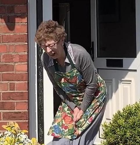Семья устроила пранк над бабулей и довела её до слёз.