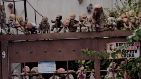 Тиктокер гулял в Google Maps и наткнулся на дом из хорроров. Теперь от одного взгляда на него люди теряют сон