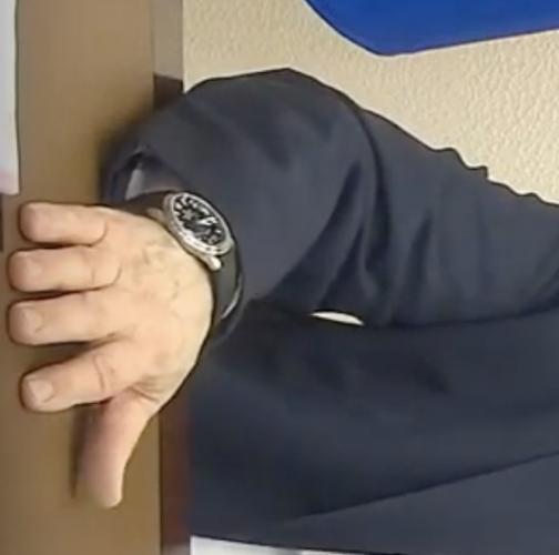 Часы Путина отставали от прямой трансляции. Но Песков объяснил: виновата техника