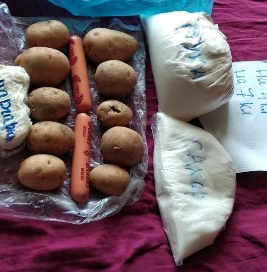 Российским школьникам начали выдавать продуктовые наборы на месяц. Москвичи шикуют, а регионы возмущаются