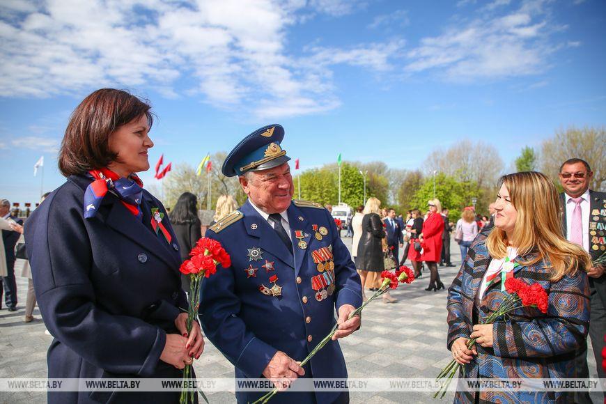 Парад Победы в Минске прошёл с размахом. И, судя по фото ветеранов, не один Лукашенко не боится коронавируса