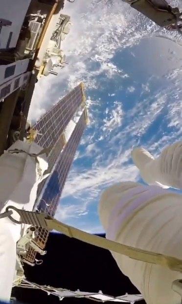 NASA показало, как космонавт плавает в открытом космосе, и людям страшно. Ведь земля на видео и правда плоская