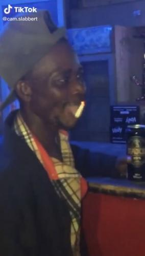 Парень съел горящую сигарету и обрёл славу мага. Ведь сумел докурить её даже после того, как запил пивом
