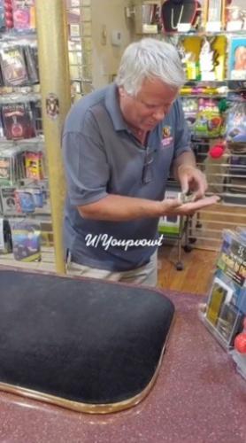Продавец взял у клиента доллар, и люди поверили в магию. Он научил купюру летать, но на фокус это не похоже
