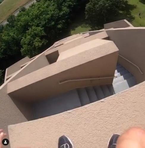 Парень показал, как спускался с 11-этажного здания, и людям не по себе. Ведь делал он это по внешней стене