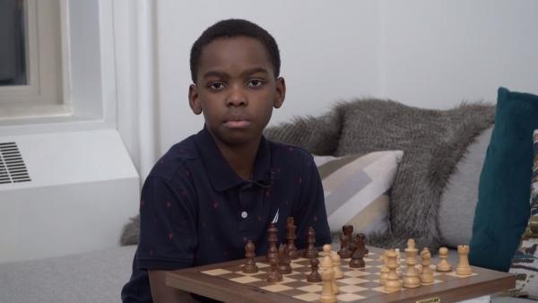 Бездомный мальчик стал легендой шахмат, но путь был сложен. Зато теперь его семья живёт как в сказке