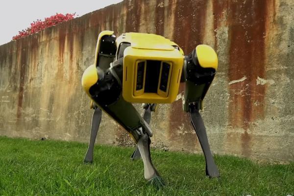 Робокоп от Boston Dynamics патрулирует парк в Сингапуре. Машина дорвалась до власти благодаря COVID-19