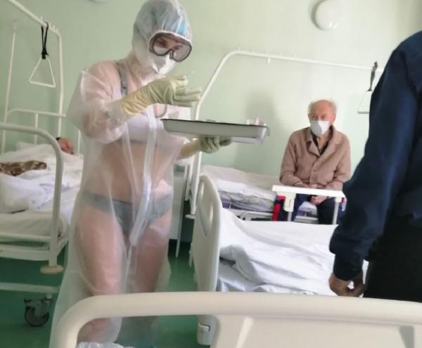 Иностранцы влюбились в русскую медсестру. Теперь их цель – заболеть COVID-19 и попасть на приём именно к ней