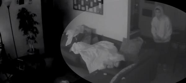 Девочке приснилось, что на неё смотрят из темноты, но лучше бы она спала дальше. От пробуждения стало хуже