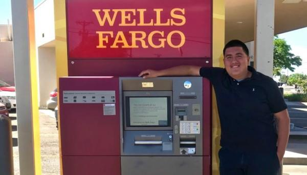 Парень нашёл 135 тысяч долларов у банкомата, но не взял их, а вызвал полицию. И стал богаче, чем был раньше