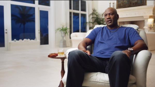 Майкл Джордан покурил сигару в новом сериале, и 57-летнюю легенду наругали. Но не продюсеры, а мама