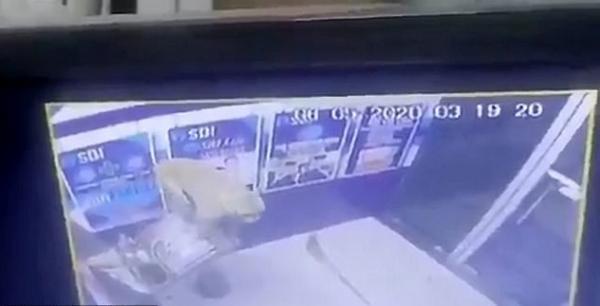 Мужчина вызвал полицию, когда понял, что банк ограбили. Но когда копы посмотрели записи с камер