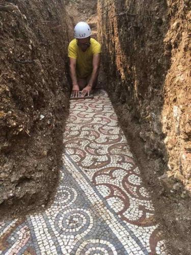 Раскопали тоннель - а внутри римский пол
