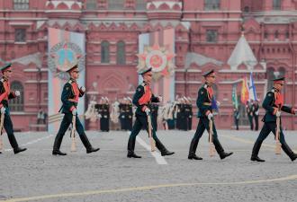 Путин объявил 24 июня выходным в честь парада Победы. Но на Красную площадь можете не торопиться