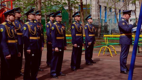 Ветеран в Москве получил трогательное поздравление - песни под окнами. Но на фото с ансамблем что-то не так