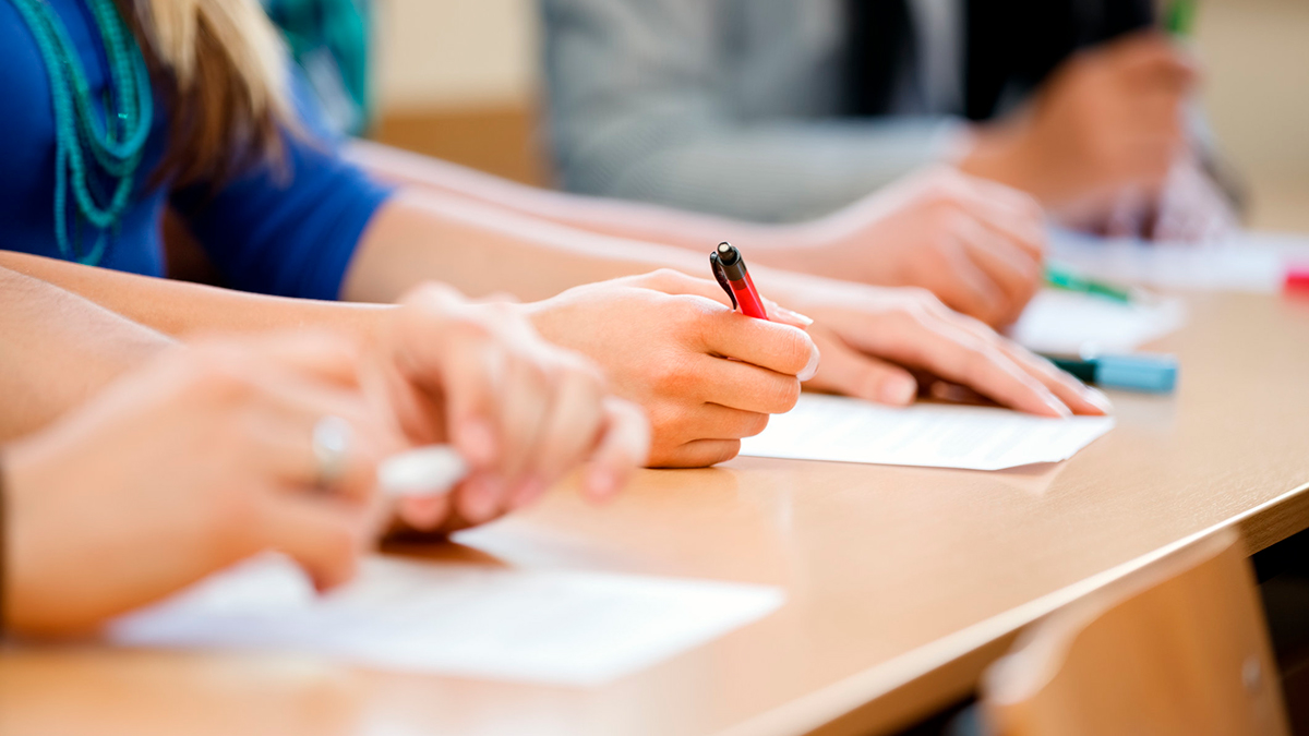 Госэкзамены отменены во многих вузах России. А вот выпускникам школ не везёт - в конце июня их ждут испытания