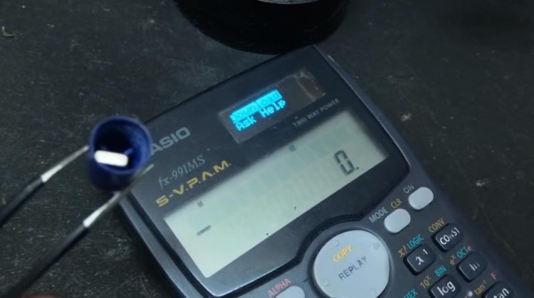 Умелец превратил обычный калькулятор в машину для списывания. Но люди не уверены, что двоечникам это поможет